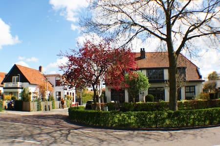 Jeanettes Place Attic room - Culemborg - Villa