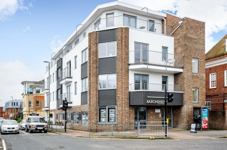 TWO BEDROOM PENTHOUSE FLAT CENTRAL EGHAM #MHP1