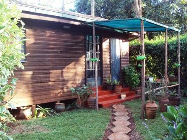 Karen. Cosy Tiny Log Cottage Haven - Nairobi