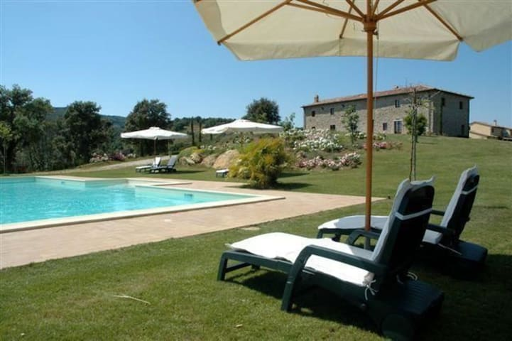 Beautiful private villa for 20 guests with WIFI, private pool, A/C, TV, patio and parking