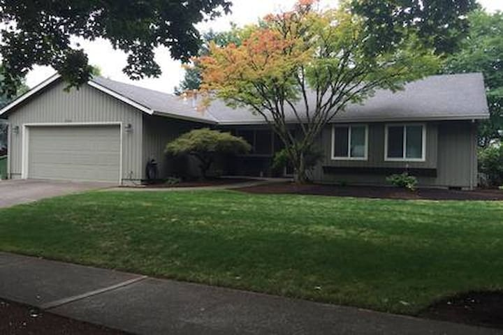 Wilsonville - private & comfortable, fenced yard