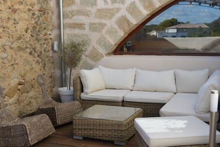 Maison de village avec jolie terrasse - Corneilhan - Şehir evi