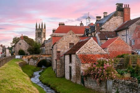 Pretty gateway town location for North York Moors