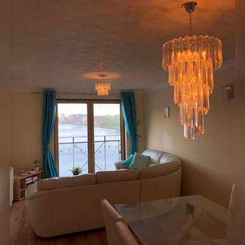 Double room in Cardiff Bay flat with Water Views