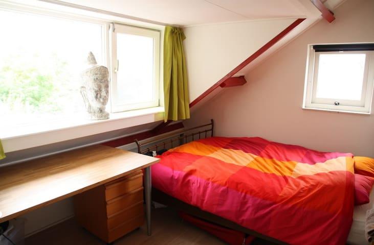 Bedroom 2 with double bed (queensize 2.00 x 1.40m)