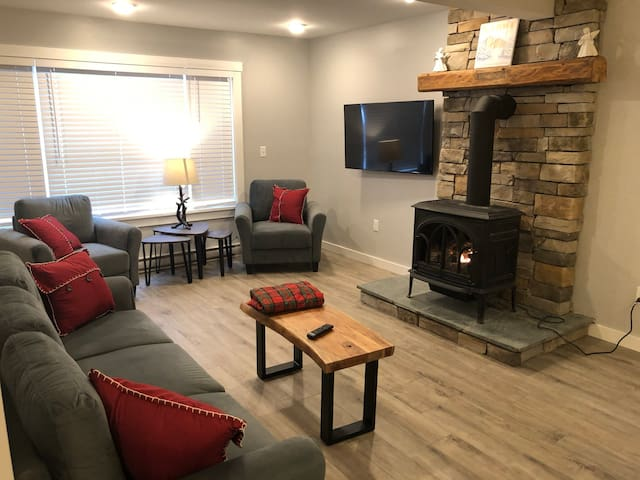 Recently Remodeled condo, 5 minutes from skiing