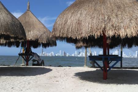 BEACH HOUSE w AC! it's on an island! - Cartagena - Huis