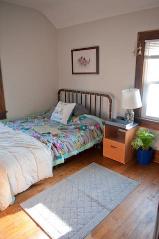 Charming Downtown Guestroom