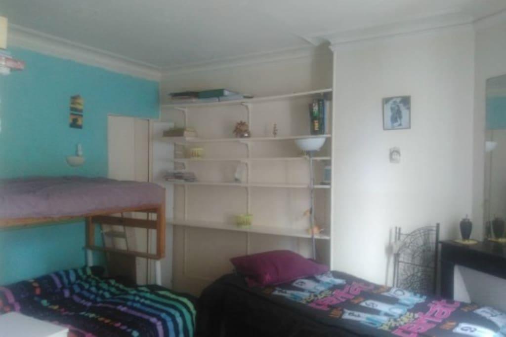 chambre 1 lit superposé + 1 lit