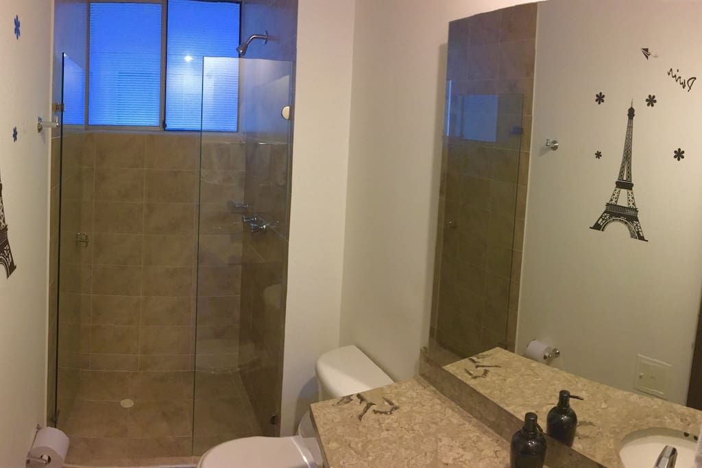 Baño con agua caliente y las amenidades necesarias para una estadía cómoda (toallas, shampoo, jabón, etc.)