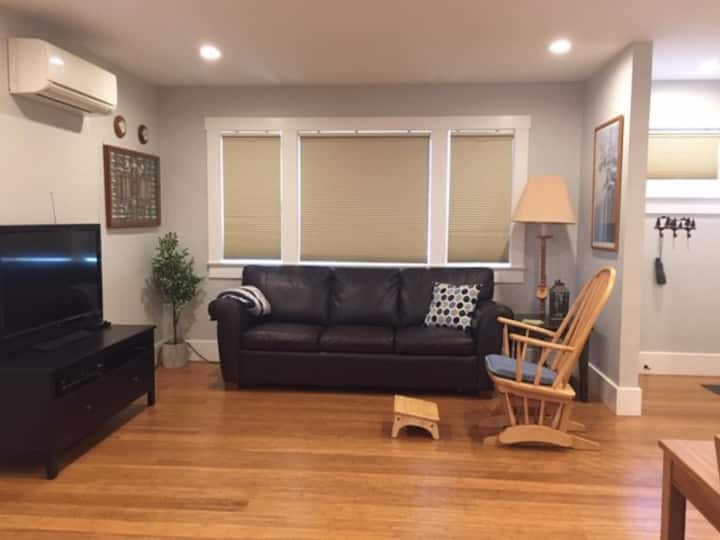 MoonBerry Cottage - Private Unit in East Sac