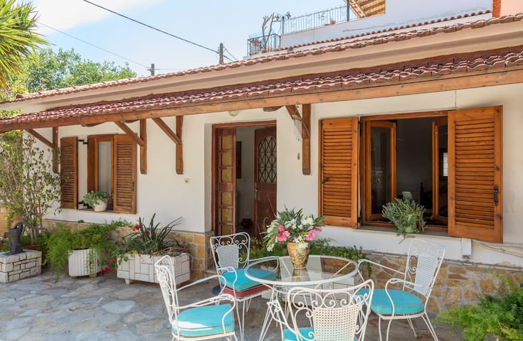 Traditional House close to the Beach, Nafplio-Mili
