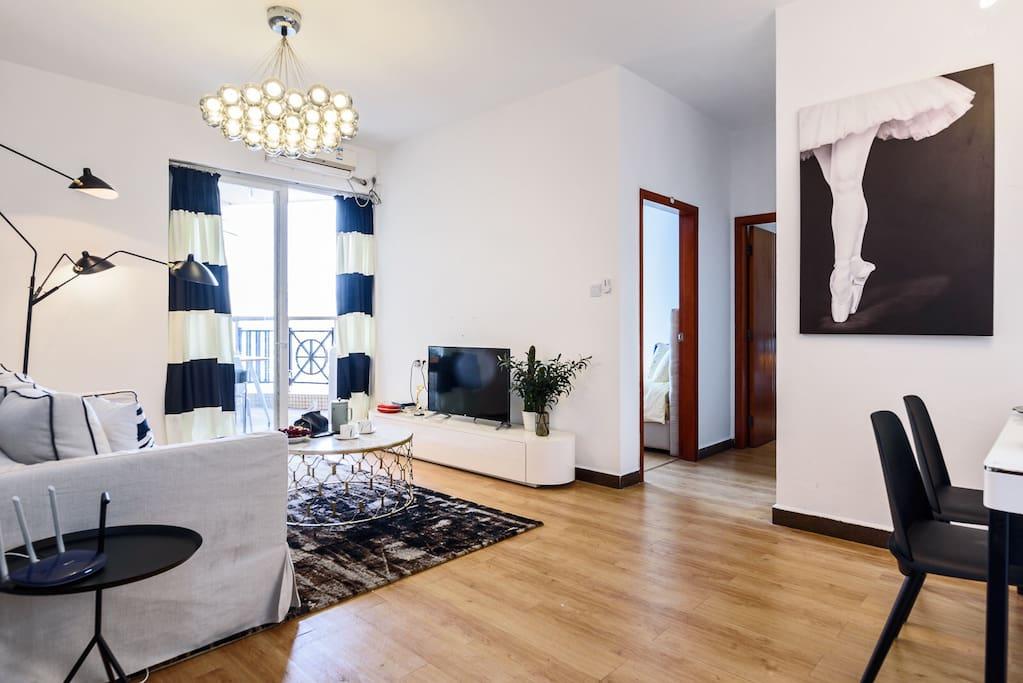 客厅往里走就是两件卧室。