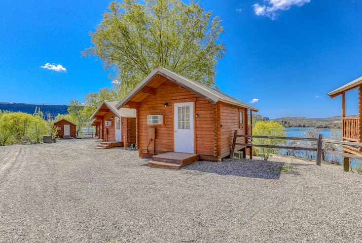Simple, dry cabin w/ on-site mini-golf, shared dock/marina - two dogs welcome!