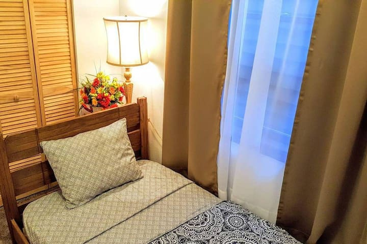 This is exactly how you will find your room when you check-in.  Mattress is GREEN TEA & ALOE memory foam. Fresh linens, towels and washcloths are provided and will be on your bed upon arrival.