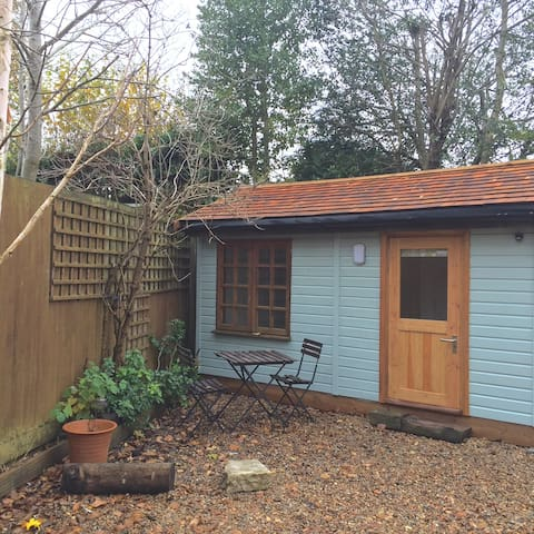 Quiet Little Double En-suite Garden Room, Horsham - Horsham - Stuga