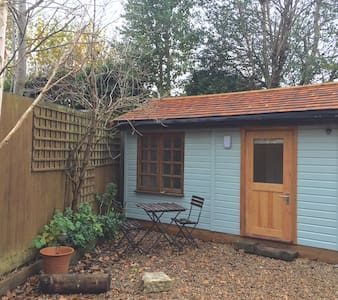 Quiet Little Double En-suite Garden Room, Horsham - Horsham - 小木屋