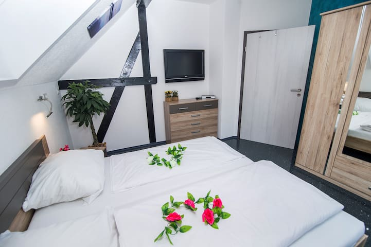 Schlafzimmer 1 – mit gemütlichem Doppelbett + TV