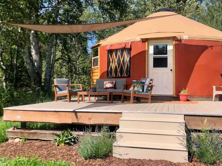 Pine Meadows Yurt minutes from downtown Sandpoint