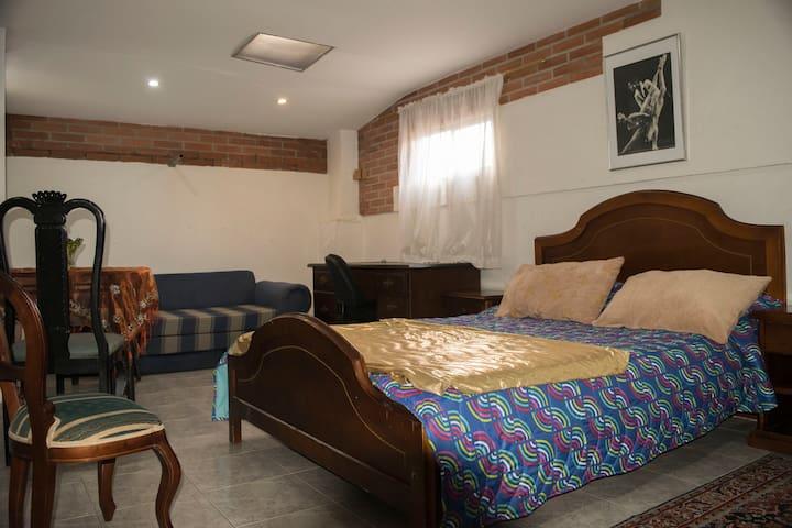 Habitación con closet y star.