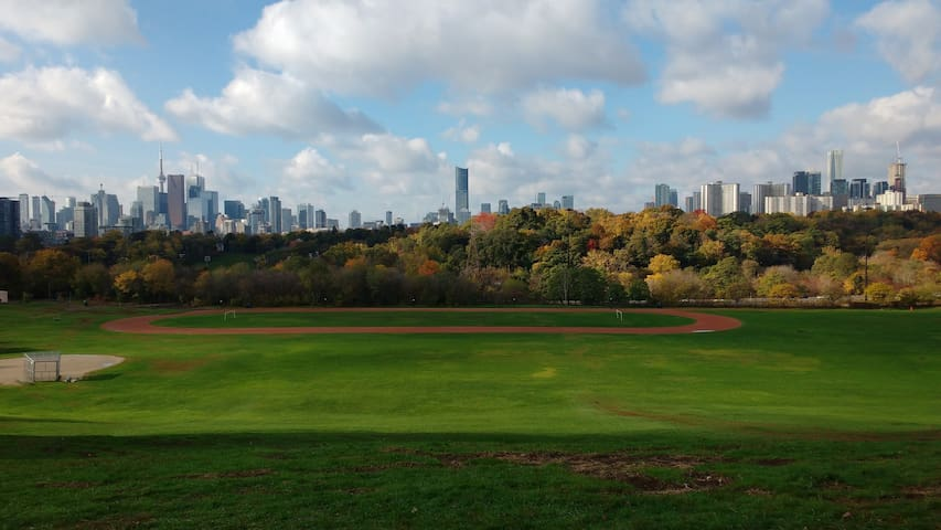 10 minutes to the best view of downtown and access to Don Valley trails