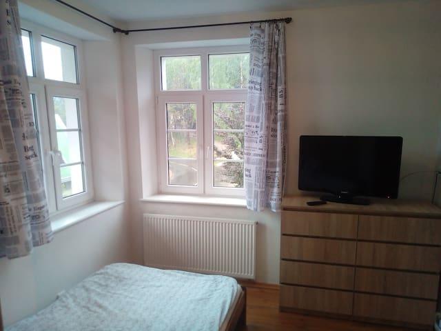 Mały pokój z podwójnym łóżkiem