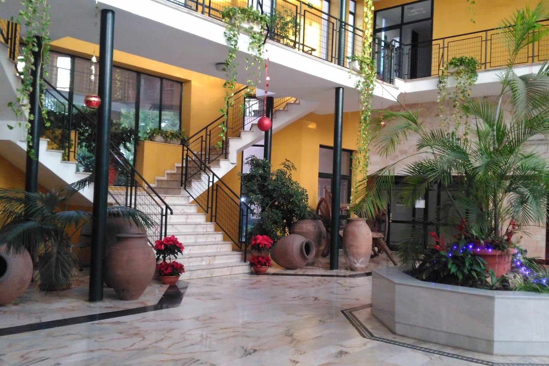 Vestíbulo del estudió aparcclub con piscina y plaza de garage