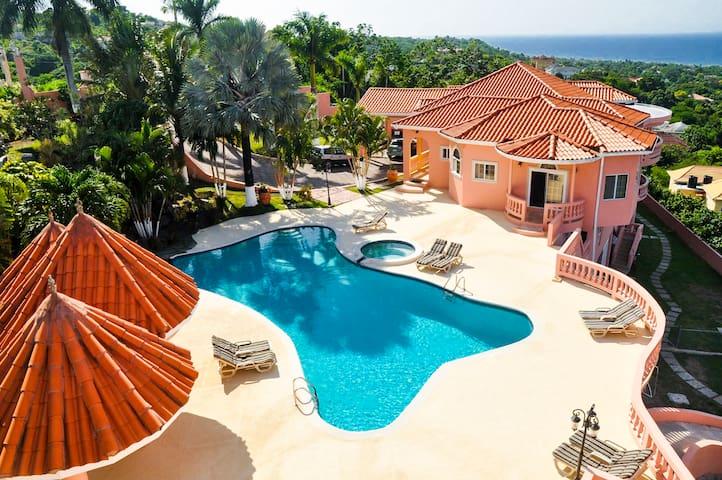 Luxury Villa Private/Full Kitchen/Pool