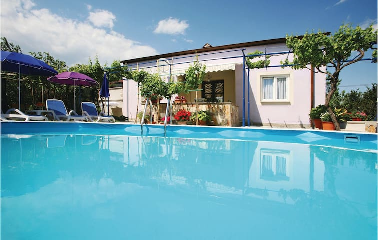Holiday cottage with 3 bedrooms on 80 m² in Vinez
