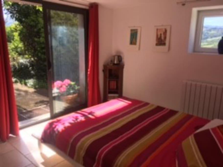 Chambre en Rez de jardin confortable et ensoleillée