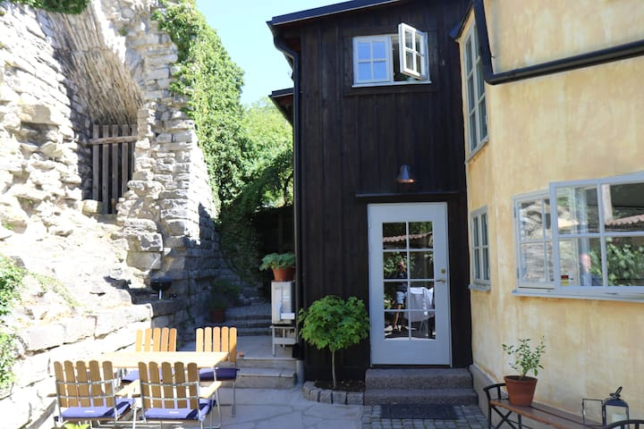 Why not have lunch next to  a medieval ruin?   Matplatsen med ruinen som granne.