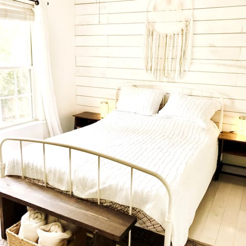 Dreamy & Bright Upstairs Queen Bed w/Private Bath