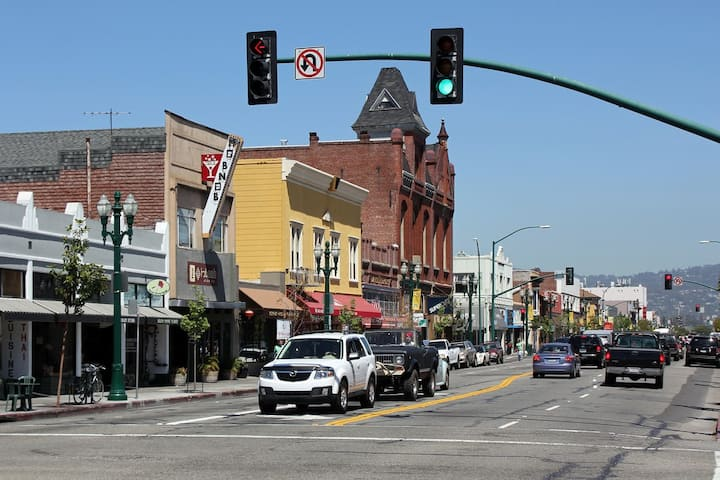 Victorian with Parking; 1 Blk to Park St eateries