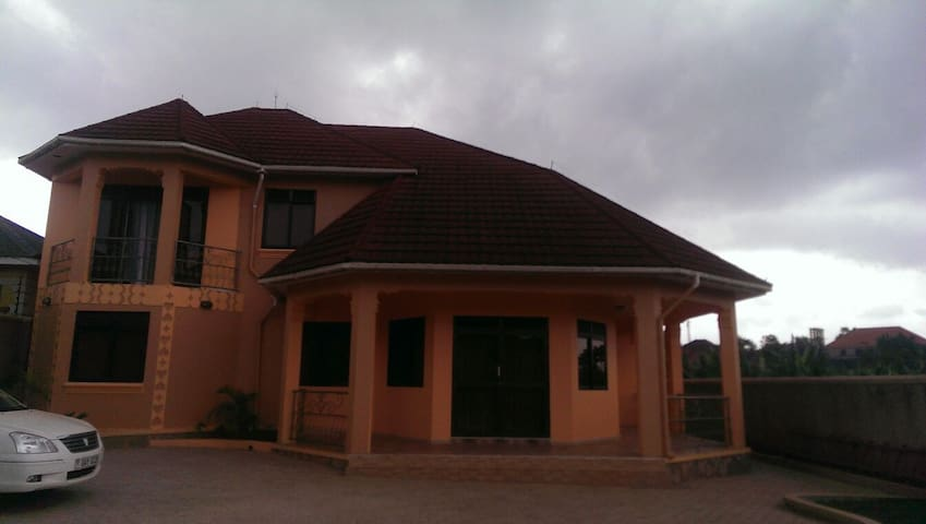 A quiet conforting home from home - Wakiso - Casa
