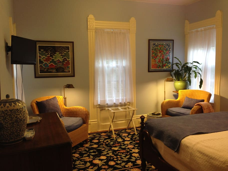 Guest room: In- room seating area with reading lights. Chinese, French and American artwork.