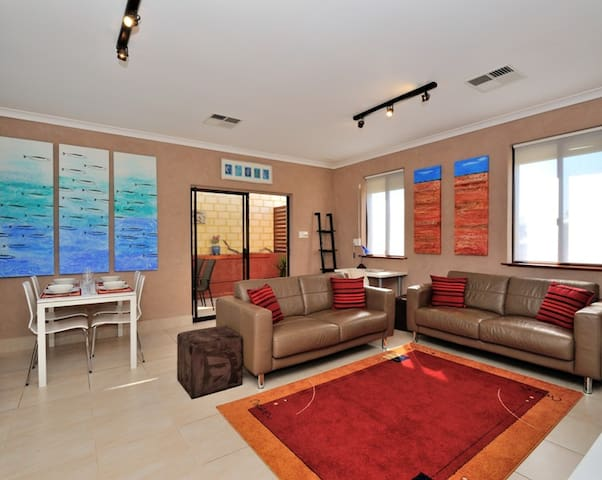 South Fremantle 2 bedroom apartment with wifi