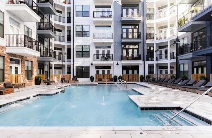 Perfect Palace! Nashville Downtown condo w/ Pool!
