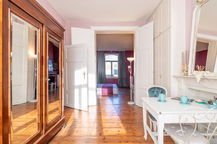 Ixelles: spacious bedroom+boudoir+ensuite bathroom