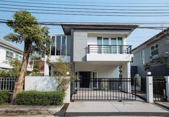 Brand new 3BR house in Bangkok, Ladpraw, Wifi