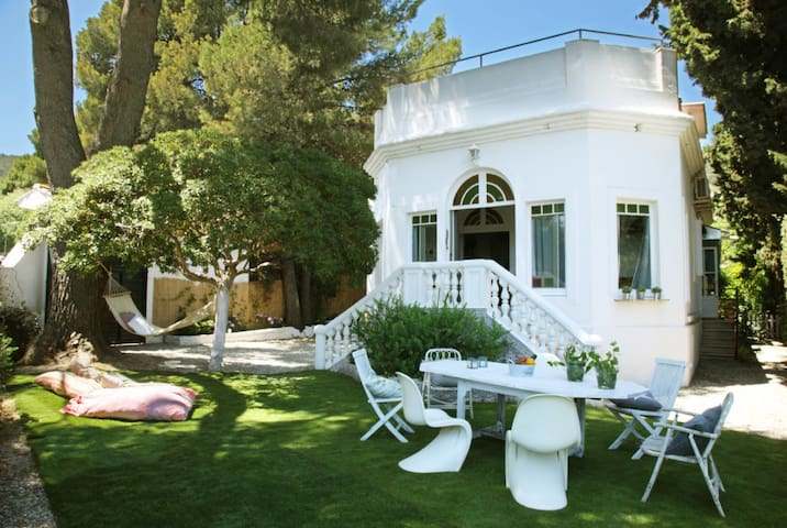 House with private garden and pool - Green