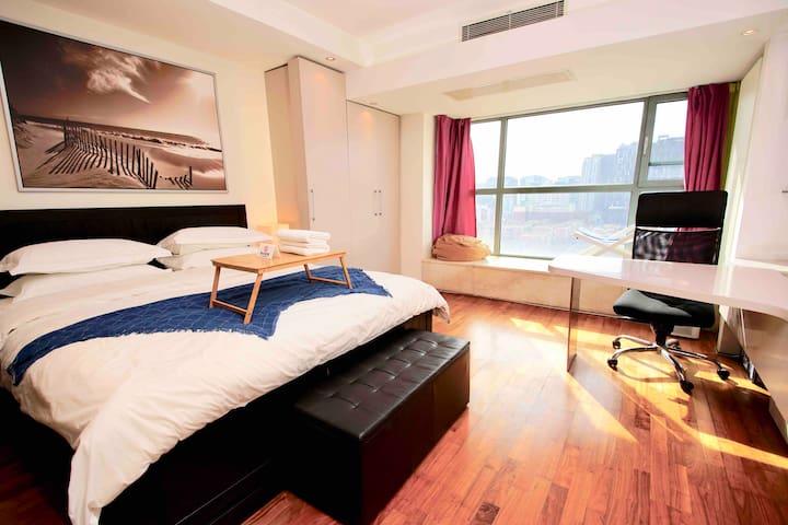 【三里屯】舒适超级大床。高景观楼房。  超级快的无线网络。 ☆☆☆☆☆