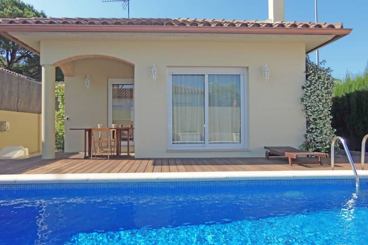 Beautiful villa with private swimming pool at 1.5 km from the beach