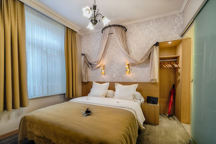Spacious Marie Rose suite (35m2) - One of the 2 parts of the suite : the quiet and cosy bedroom with ensuite bathroom.