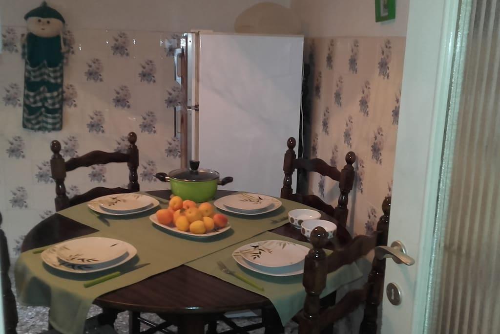 Η κουζίνα με τραπέζι μεγάλο.