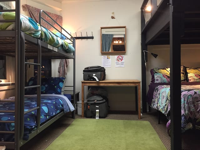 Super Central - Backpacker Hostel (Lower Twin Bed)