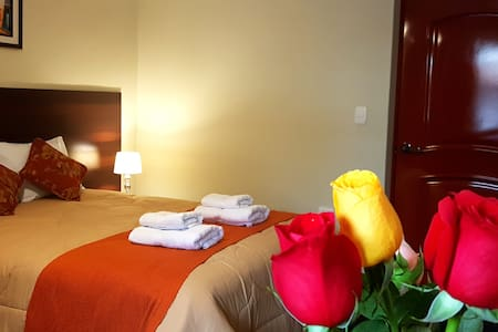 Hotel Los Nogales, Vive Cajamarca desde el primer día, desayuno incluido con productos cajamarquinos (queso, rosquitas, manjar y más). Cerca a todo: 5 minutos a centros comerciales, centro histórico, universidades, restaurantes. Hotel en estreno!
