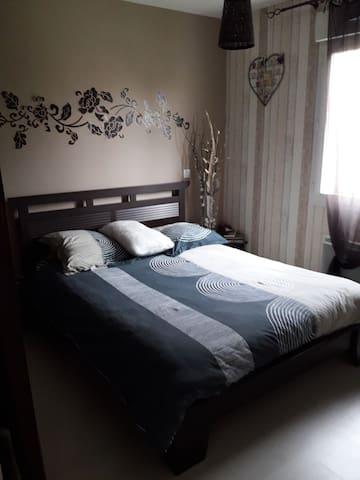 Chambre lit double calme .pour 1/ 2 pers 10m2