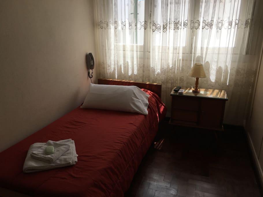 Habitación con una cama