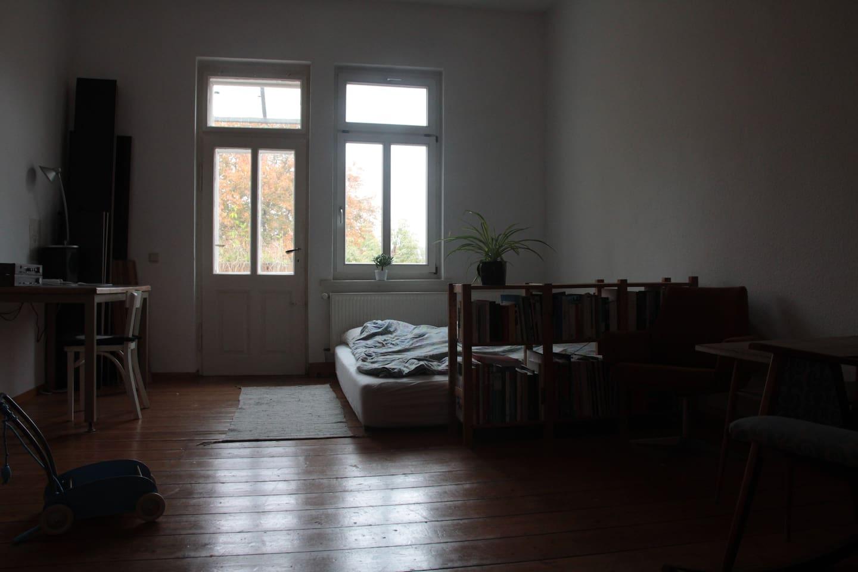 Ein großes 25 m² Zimmer wartet auf euch. Wir stellen nach und nach schöne Dinge hinein.