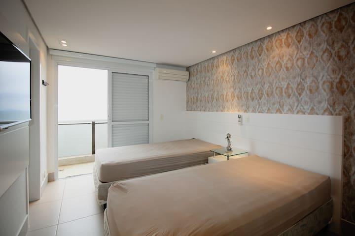 Suíte com duas camas de solteiro e ar condicionado com vista para o Oceano Atlântico